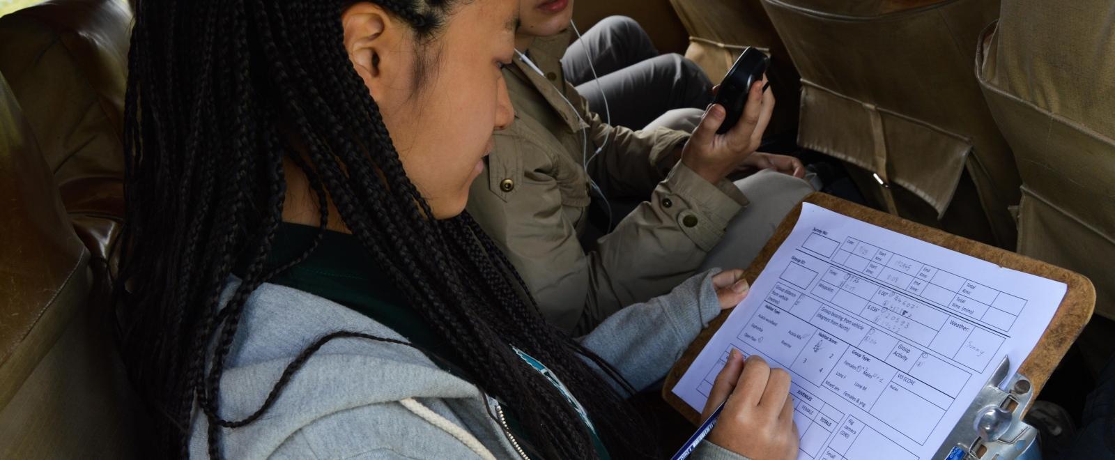 Voluntaria de Conservación registrando información para nuestra Base de Datos de Impacto Global.